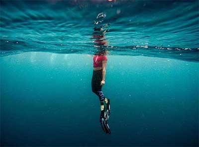 Cómo nadar con aletas en el mar